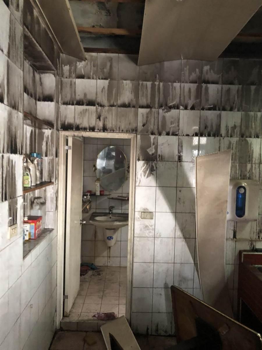 住3樓的母子3人火警當下躲進半封閉式廁所,錯失從另一廁所往後陽台逃生機會。(譚宇哲翻攝)