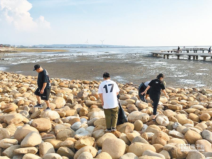 香山溼地生態豐富,有附近店家自發舉辦淨灘活動。(邱立雅攝)
