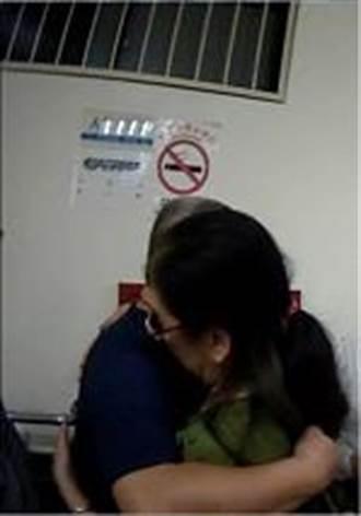 十年不見 通緝犯返台投案 母子警局抱頭痛哭