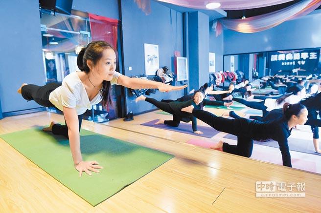 健身教練指導民眾練瑜伽。(新華社資料照片)
