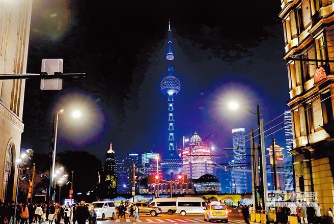 經過40年的發展,大陸國力、影響力、國民生活水準已遠超當年,但今天更需要憂患意識;圖為上海東方明珠電視塔。(新華社)