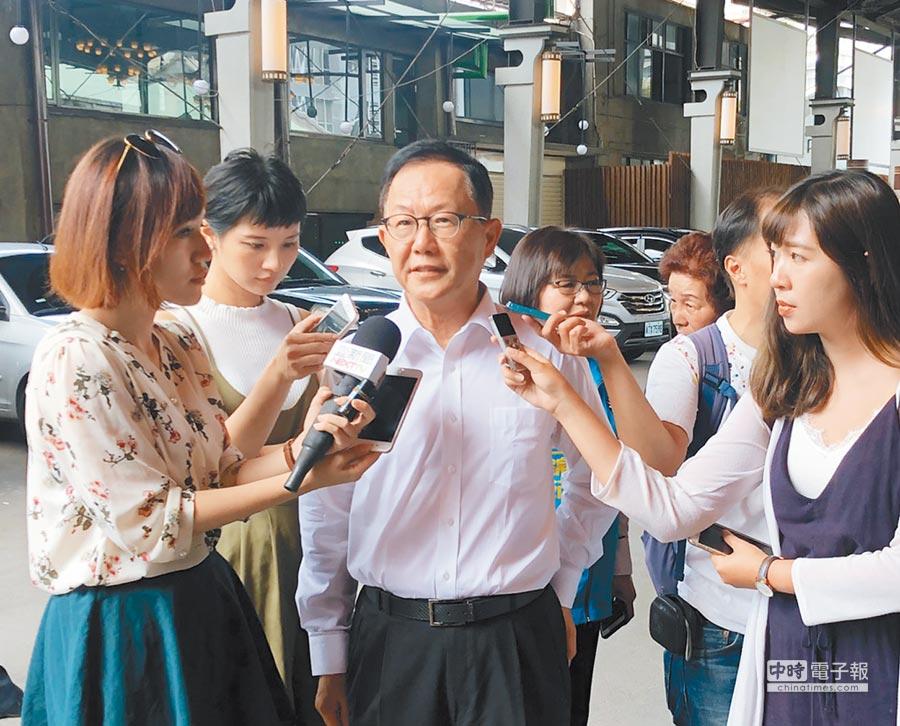丁守中出席台北市各界模範父親表揚大會活動。他表示蔡英文政府每天不拚經濟、民生,只在那邊拚台獨、反中,不但自找麻煩,也增加人民困難。(丁守中辦公室提供)