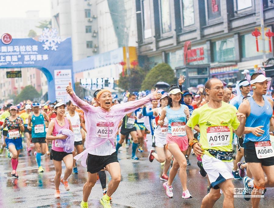 7月29日,大叔選手參加貴州六盤水市夏季國際馬拉松賽。(新華社)