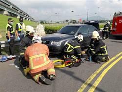 三重疏洪道汽機車擦撞 18歲騎士卡車底命危送醫