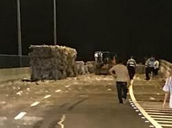 龐大回收物散落西濱 交通受阻駕駛恐吃罰單