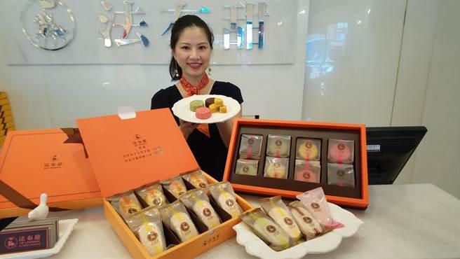 張淑卿說,法布甜的中秋禮盒款式與品項多,售價從300元至1280元不等。(圖/曾麗芳)