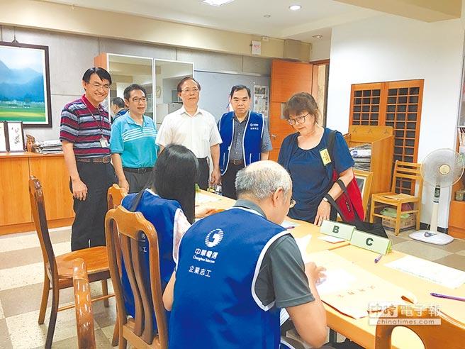 中華電信昨日舉行基層專員遴選筆試,總經理謝繼茂(左三)特別前往考場慰問試務工作人員。(中華電信提供)