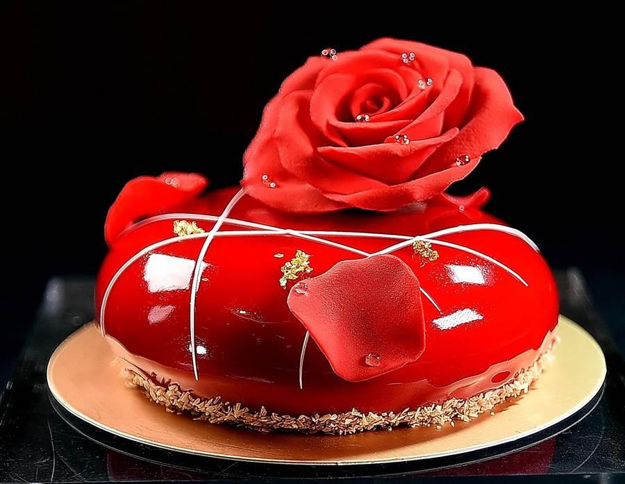 世界甜點冠軍陳立喆在〈L.Z.DESSART〉推出的手作藝術甜點〈緋紅〉,搶眼吸睛非常「視覺系」,內蘊草莓、覆盆子、玫瑰荔枝酒與太妃糖的酸甜滋味。(攝影/姚舜)