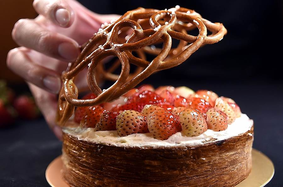 〈L.Z.DESSART〉所有的蛋糕與甜點都是「手作藝品」,以大甲芋頭為內餡的蛋糕〈黛芋〉,用千層派皮環繞,再用編織狀的泡芙覆蓋,以繁複工序創造多層口感。(攝影/姚舜)