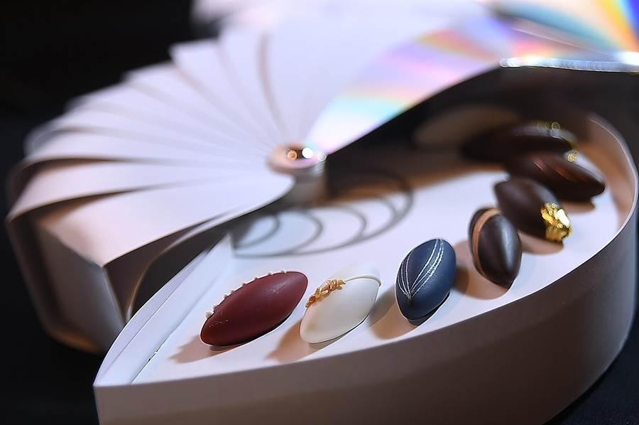〈L.M.DESSART〉的魚形巧克力共有12款,每一款都有水果甘納許作內餡且各有「表情」,巧克力的表層極薄,是陳立喆花了2年時間研發。(攝影/姚舜)