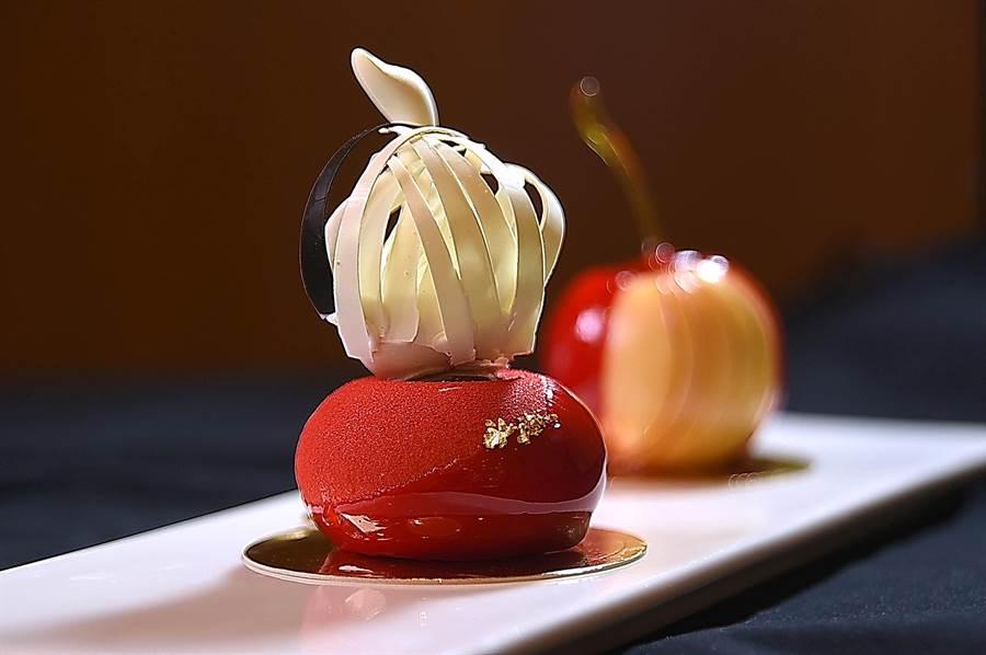 這款手作甜點叫〈羽〉,乳香濃郁的焦糖費南雪作主體,以櫻桃果醬為主味的內餡甜酸交織,置頂的巧克力鵝有12片羽毛,其中有一片是黑色,形色味皆很誘人。(攝影/姚舜)