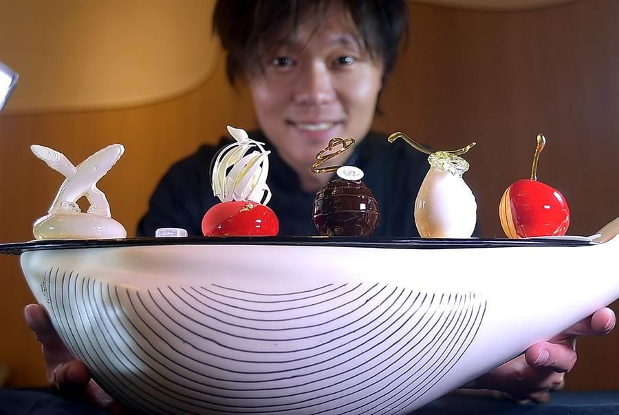 〈L.Z.DESSART〉的甜點是放在陳立喆用巧克力雕塑的白色鯨魚上出餐,其中最左邊的正是冠軍作品〈水漾〉的縮小版。(攝影/姚舜)