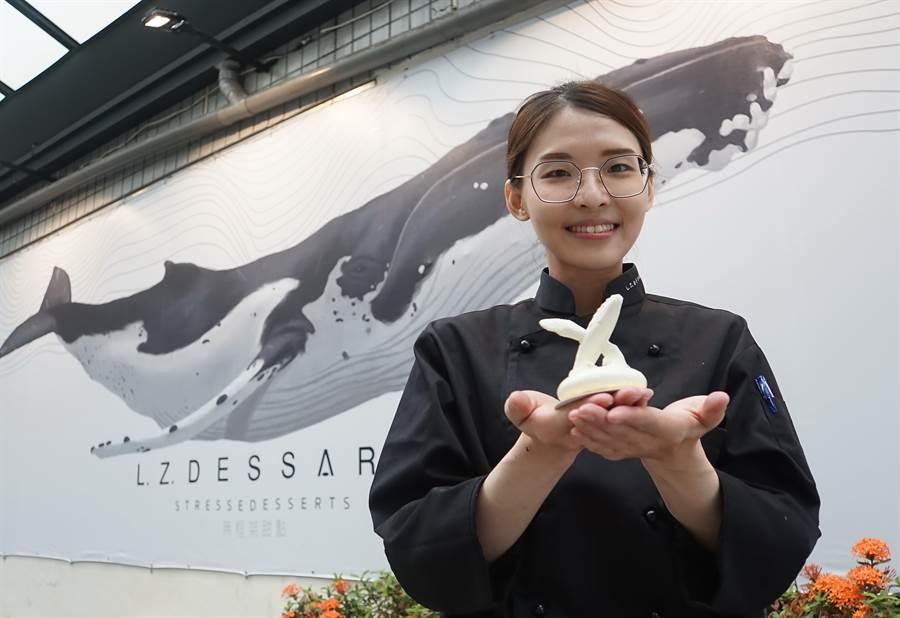 冠軍作品〈水漾〉的縮小版,白鯨的內餡有櫻桃酒慕斯與百香果風味巧克力,底層是堅果花生脆餅。(攝影/姚舜)