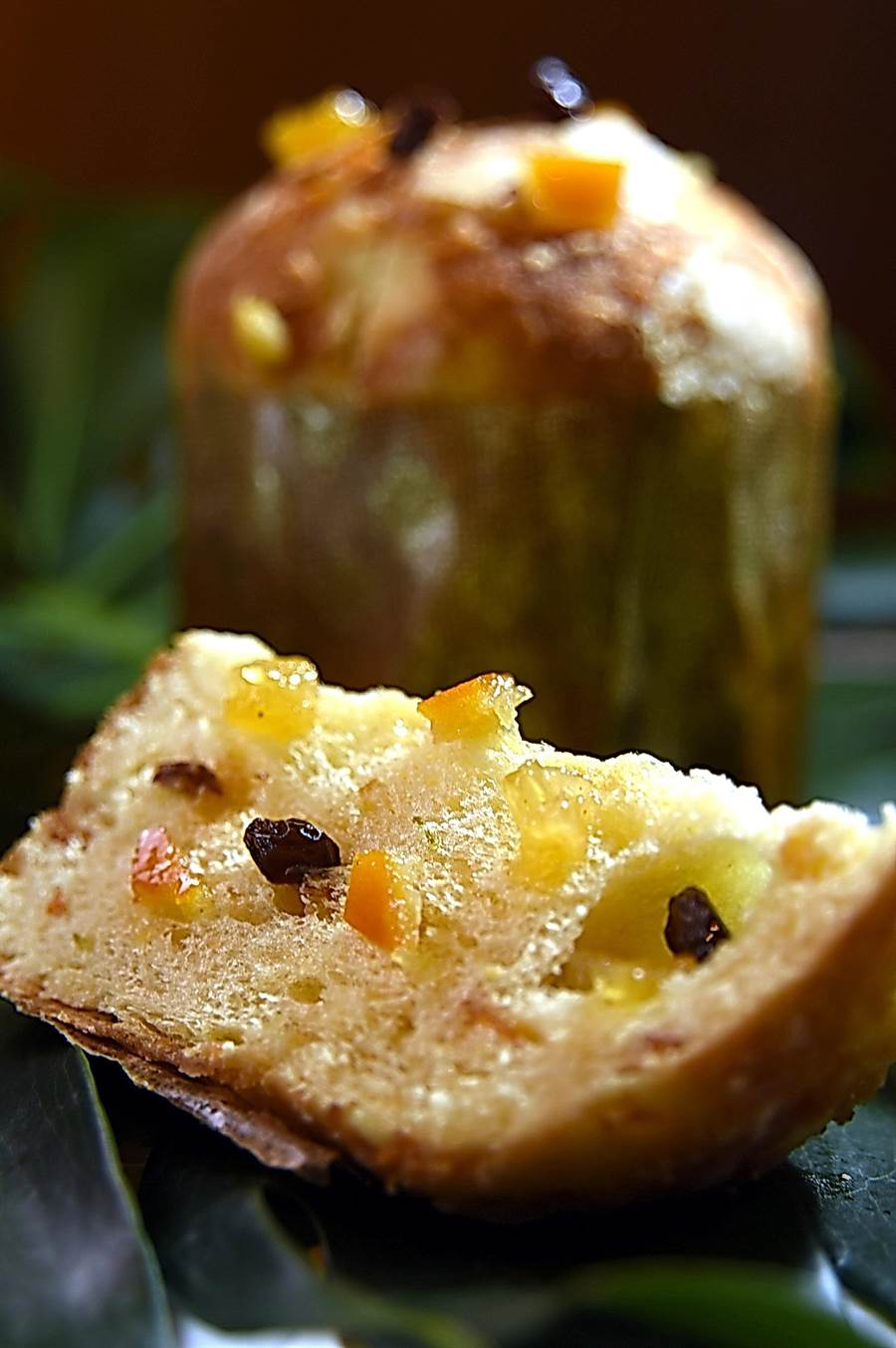 口感介於麵包與蛋糕間的〈L.Z.義式水果托尼〉,內有以台灣古法封罐蜜漬的柳橙、檸檬、鳳梨與葡萄果乾。(攝影/姚舜)