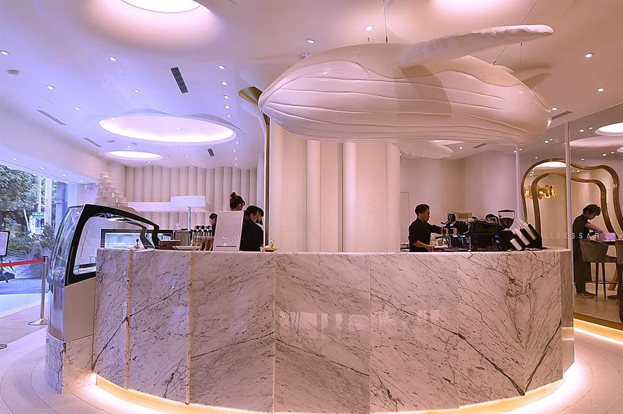 〈L.Z.DESSART〉的以純白色為基調打造時尚現代空間,天花板上並吊著陳立喆最喜歡的白鯨。(攝影/姚舜)