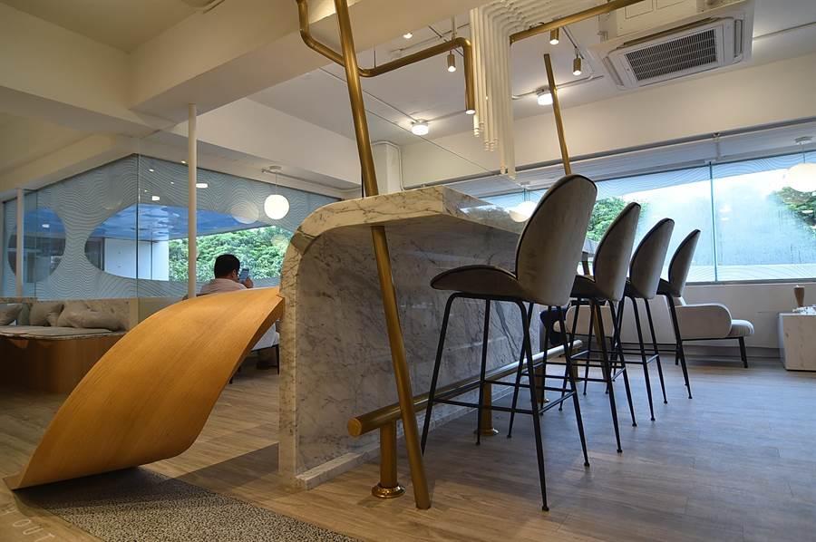 〈L.Z.DESSART〉的2樓空間寬敞,並有不同的時尚用餐區。(攝影/姚舜)
