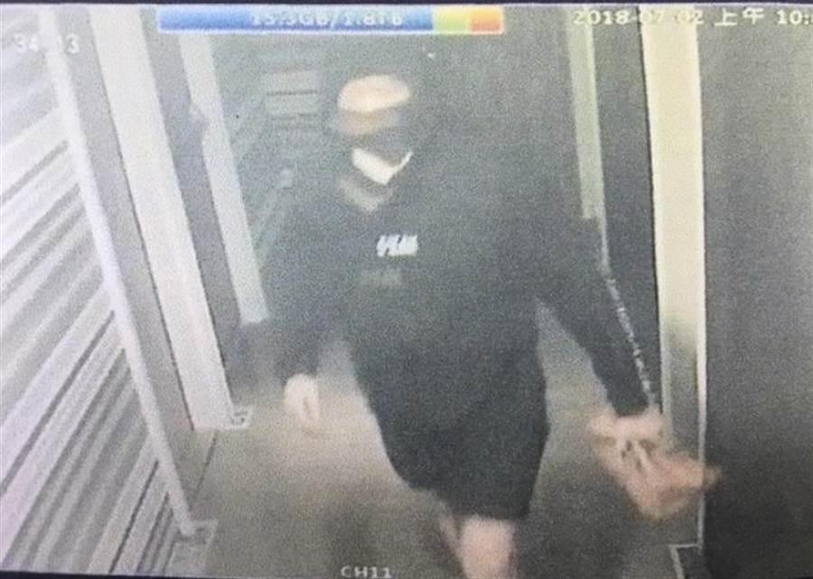 黃姓男子(24歲)與泰籍男子開完房後,戴上帽子與口罩,並持電撃棒,準備返回泰男投宿的旅館行搶。(張穎齊翻攝)
