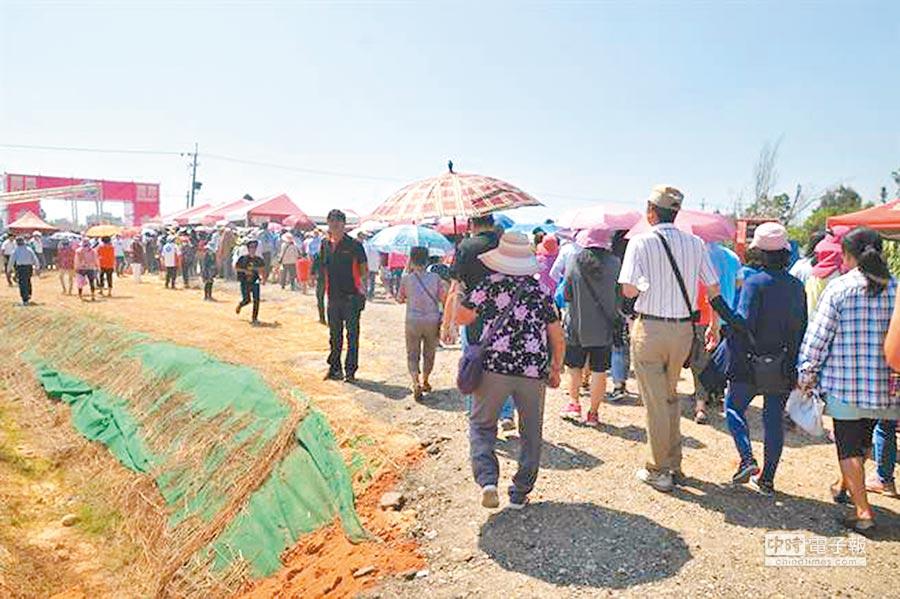 近3000位金門鄉親蜂擁來到,一起見證這歷史性的一刻。(本報系記者李金生攝)