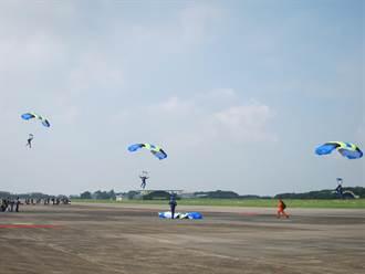 看S-70C秀特技!空軍嘉義基地11日開放