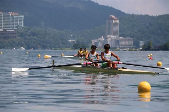 「107年全國划船錦標賽暨2018青年奧運會國手選拔賽」7日在日月潭月牙灣水域登場,選手們充分發揮力道與協調性,爭取好成績。(沈揮勝攝)