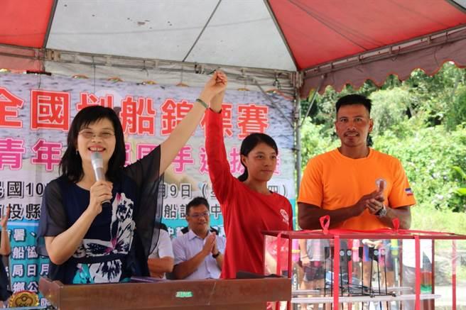 南投縣政府教育處長李孟珍為選手打氣。(沈揮勝攝)