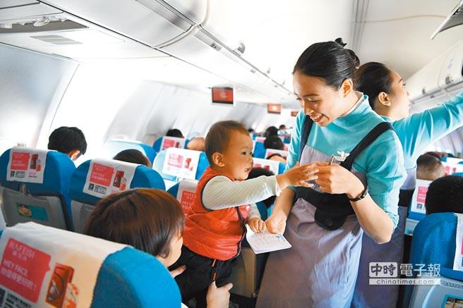 台灣年輕人月領22K窘境未見有效改善。圖為2月11日,廈門航空台籍空姐春運忙。(中新社)