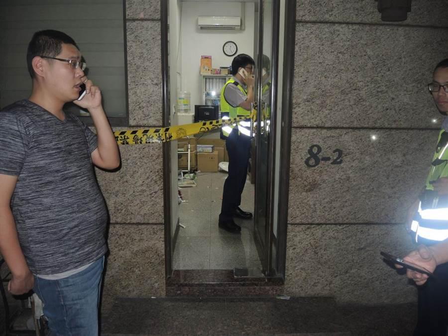 八里社區警衛遭住戶撂人圍毆致死,警方於警衛室門口拉起封鎖線調查。(譚宇哲翻攝)