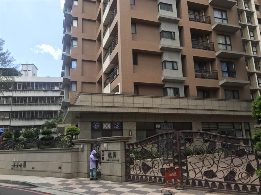 里區中山路二段某社區大樓警衛6日晚間11時許遭人圍毆致死。(譚宇哲翻攝)