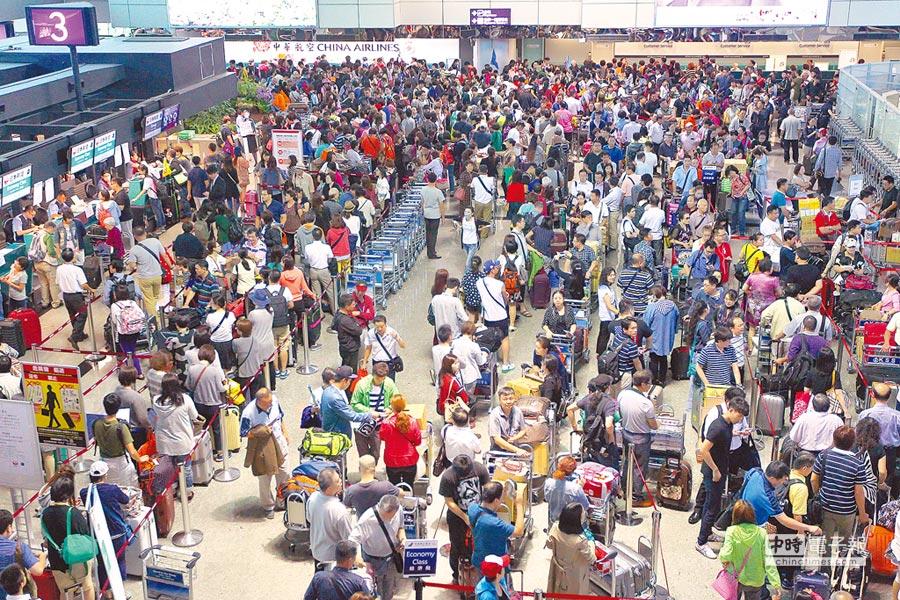 針對大陸發函要求44家外籍航空,必須冠名為「中國台灣」,交通部研擬以不許停空橋、調整時間帶等反制,漠視眾多旅客權益。(本報資料照片)