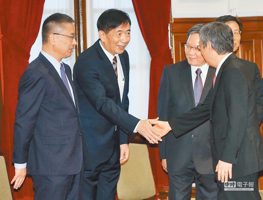 交通部長吳宏謀(左二)。(中央社)