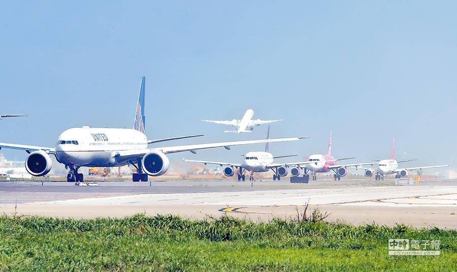 飛機在桃園機場起飛。(本報系資料照片)