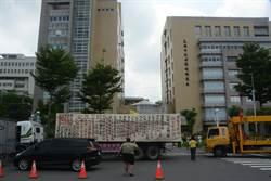 老司機的憤怒! 不滿空汙法修法 300輛老車圍高市環保局