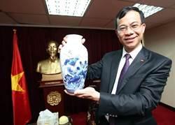越南駐台代表將離任 送蔡英文繪越南國花花瓶