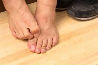 國文女師上課摳腳皮 嗆全班「我有精神病」