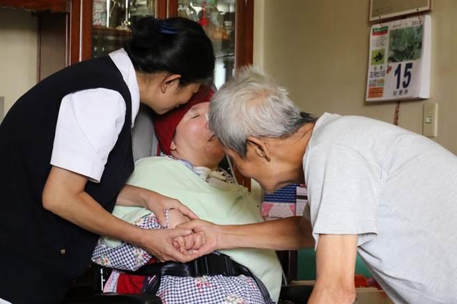 社工推著坐輪椅的莊嘉慧返回老家過父親節,莊爸(右)看到愛女,難掩激動情緒。(王文吉攝)