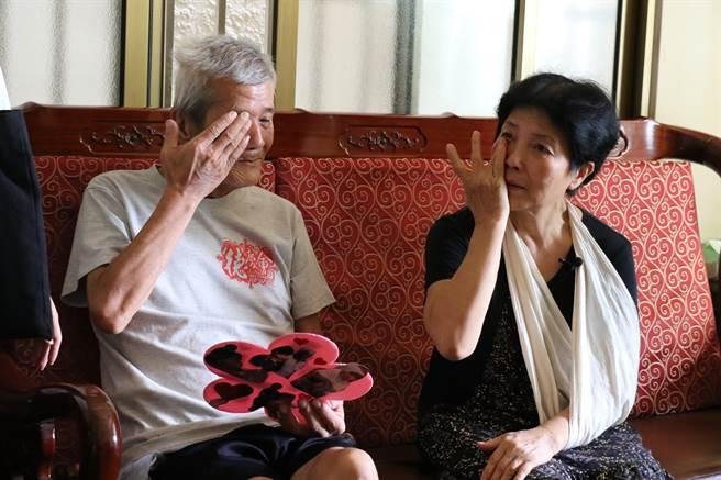 正努力抗癌的莊爸莊昭明(左)談起特別的父親節,感觸格外深刻。(王文吉攝)