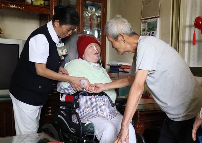 莊爸莊昭明(右)盼到愛女回家,伸手摸摸她的手,淚水在眼眶打轉。(王文吉攝)
