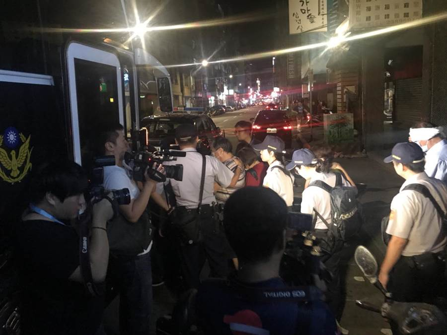 警方七日晚間同步掃蕩萬華區3家麻將協會,查獲大批賭客以警備巴士載送。〔警方提供〕