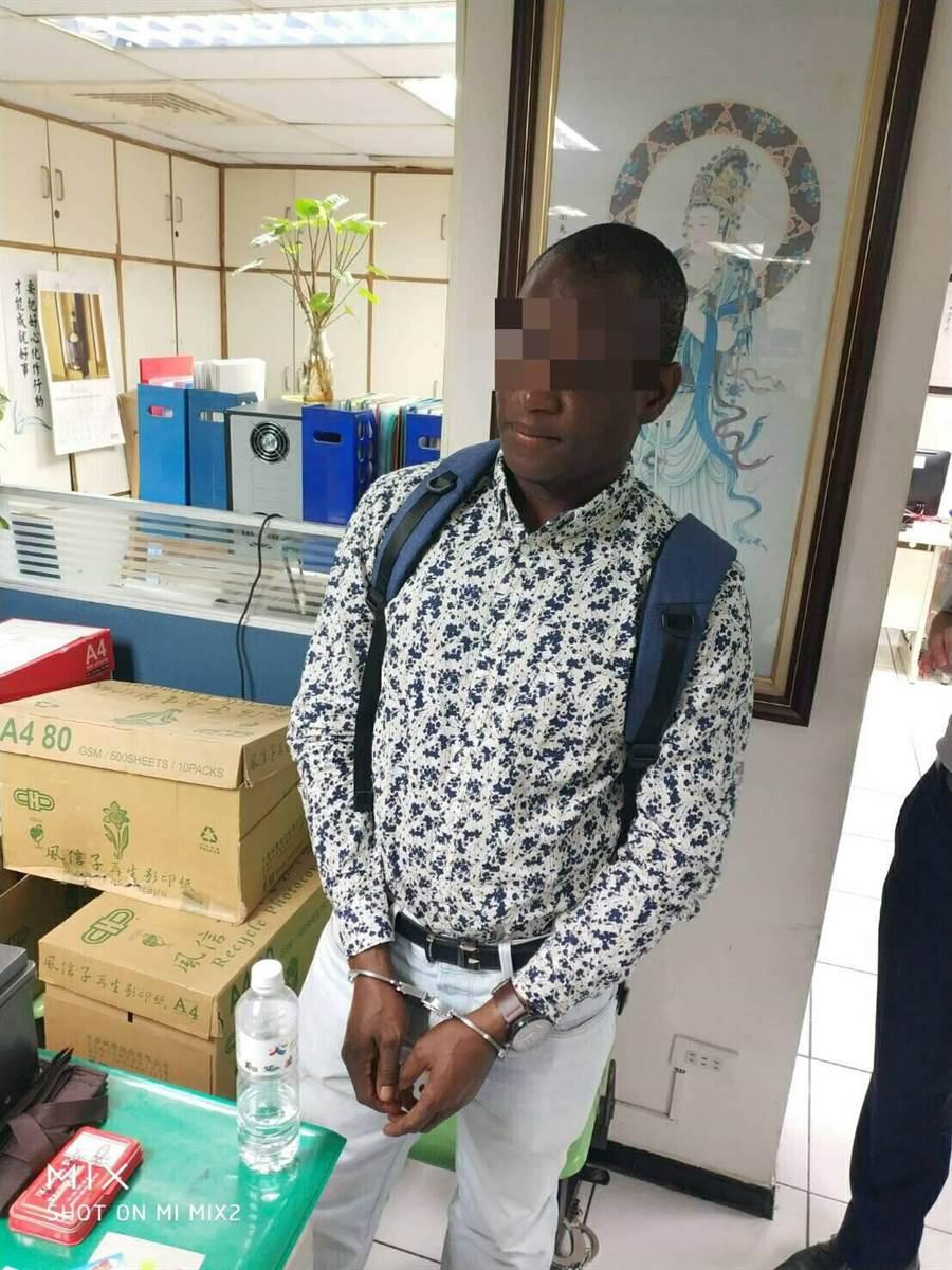 賴比瑞亞籍男子傑克森來台觀光逾期居留,淪為詐騙集團車手。〔警方提供〕
