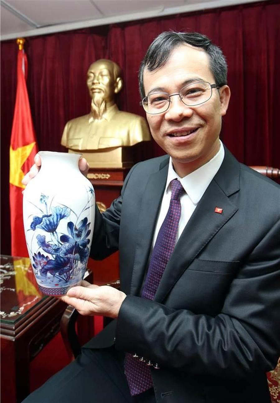 越南駐台代表陳維海(見圖)即將於12日離任,將送給蔡英文總統一尊花瓶。花瓶上有蓮花圖案,是越南的國花,要祝台灣和平穩定,陳維海也強調蓮花還有另一層涵義就是「出淤泥而不染」。(陳信翰攝)