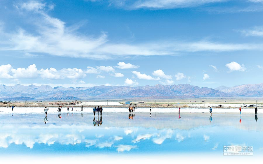 青海茶卡鹽湖從「天空之鏡」變成「垃圾之鏡」。圖為遊客在茶卡鹽湖遊玩。(新華社資料照片)