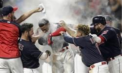 MLB》轟再見全壘打 竟慘遭隊友「粉味」伺候
