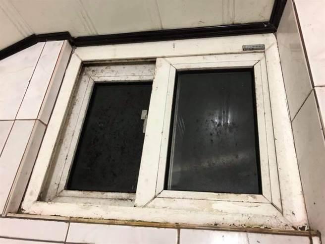 浴室窗框發霉嚴重。(翻攝自爆料公社臉書)