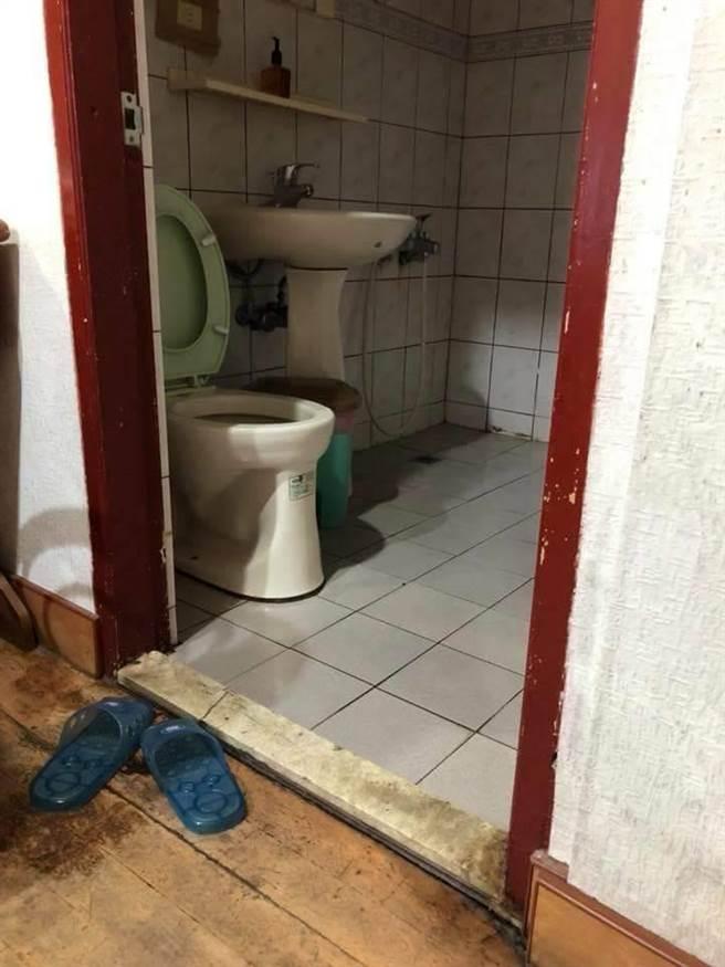 浴室地板及門口情形。(翻攝自爆料公社臉書)