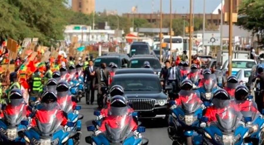 中國國家主席習近平7月訪問非洲時秀出的紅旗N501轎車。(微博)