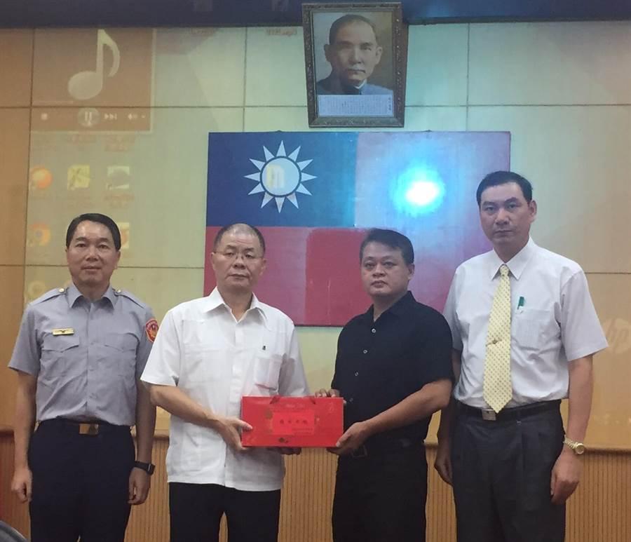 新北市政府警察局長胡木源表揚頒發破案茶。(葉書宏翻攝)