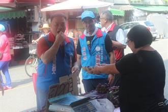 台南》高思博、陳保基白河市場掃街 攤商送「心意葡萄」打氣