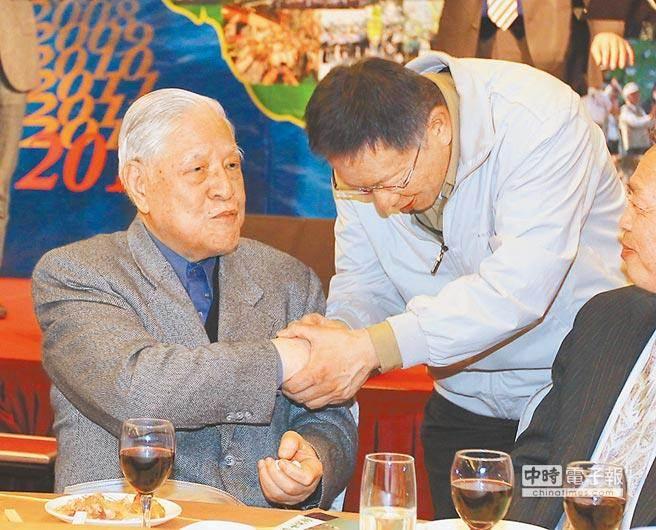 柯文哲(右)與李登輝前總統(左)。(資料照片,季志翔攝)
