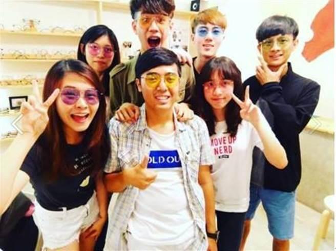 黃羽芊同學為老闆設計的七色眼鏡在粉專宣傳發文。