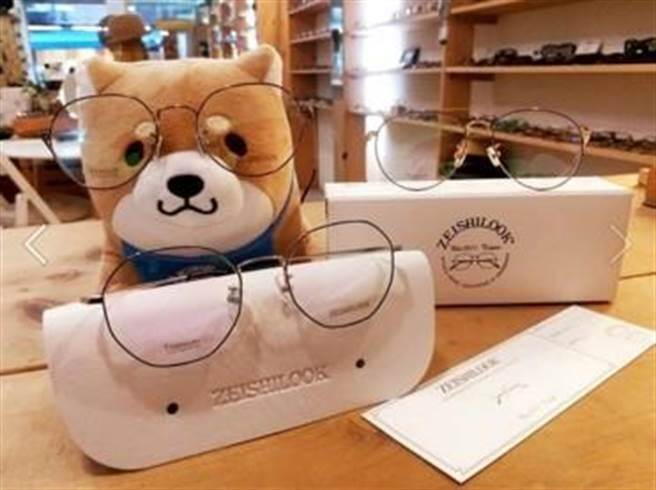 森石眼鏡在粉專發文的店狗-小才。
